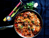 Chicken and Mushroom Spaghetti in Spicy Red Wine Tomato Sauce