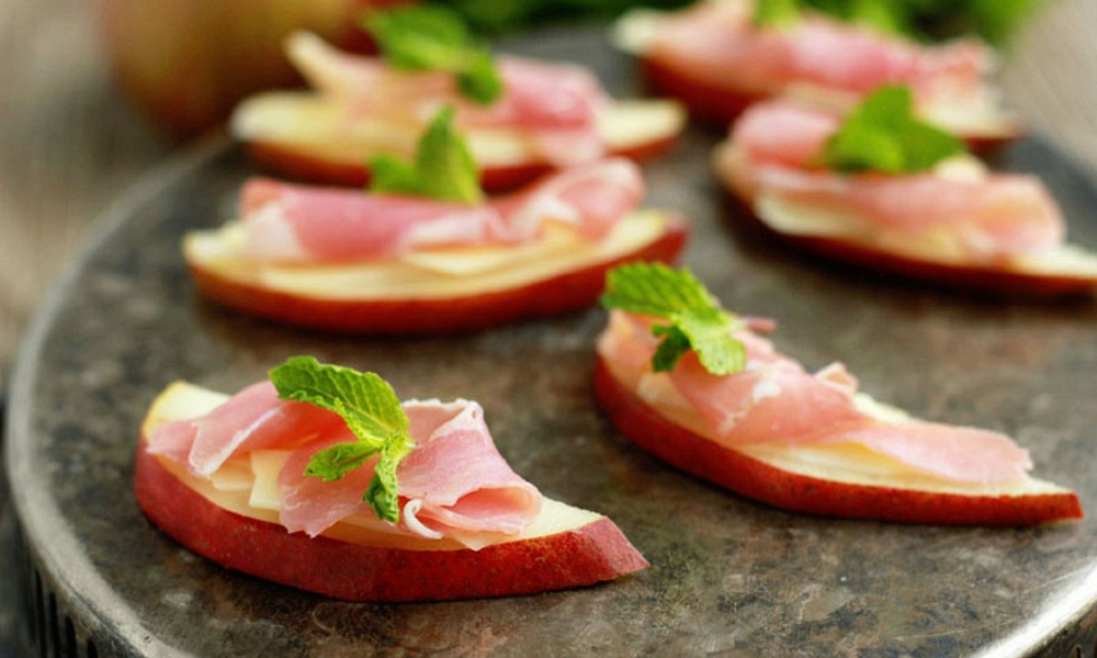 For this recipe, I was looking to get that salty and sweet combination of flavors that everyone loves. The Red Anjou, with its sweet and slightly tangy flavor, compliments the salty cheese and prosciutto topping perfectly. Add a touch of mint and you've got a refreshingly delicious appetizer ready to serve in under 10 minutes.